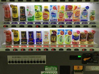 喉が渇いたので自販機に、1台しかないせいなのか売り切れが多い