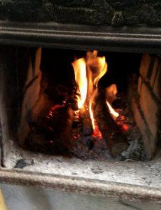 五右衛門風呂は火を焚きながら温度を保つ、瞬間的にはボイラーから熱湯をさし湯する