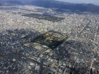 京都、手前が二条城、遠方が京都御所と比叡山の山並