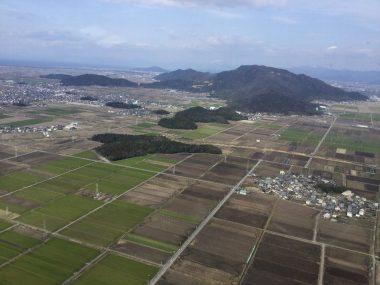 左上に琵琶湖が霞んでいる、湖面に重なって見える小さな山に安土城が、右側の大きい方の山裏側に今回の着陸地点