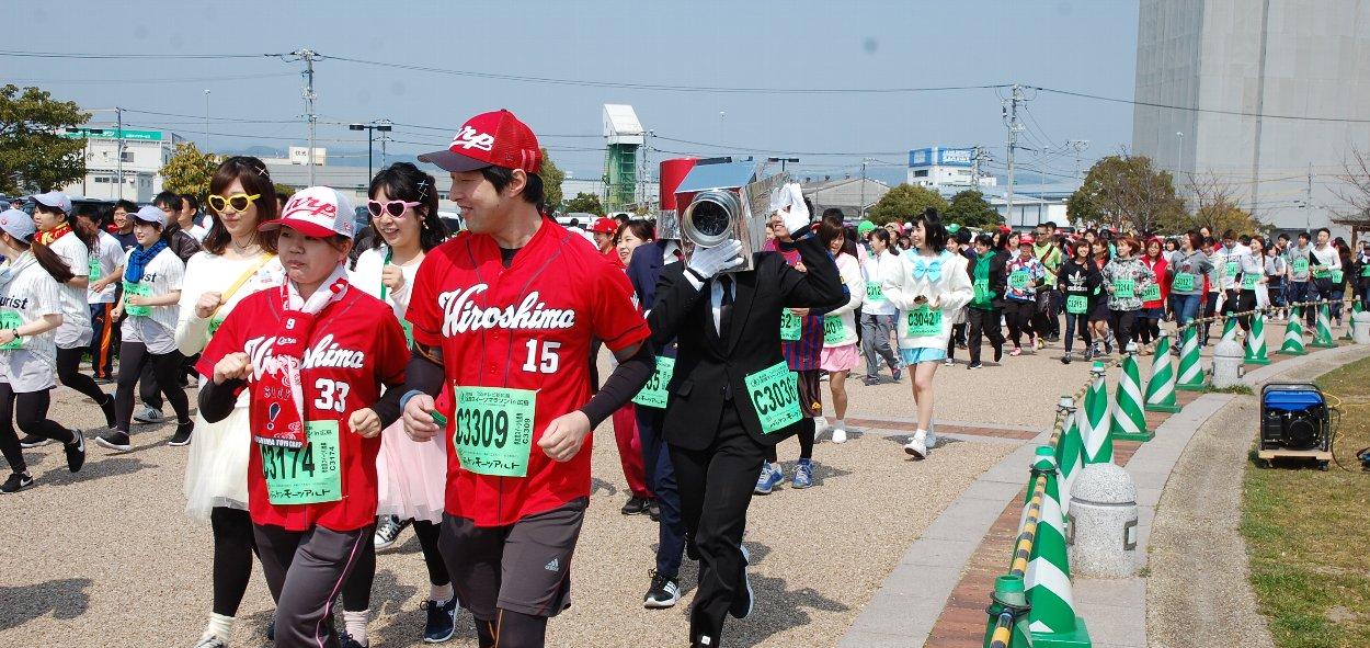 スイーツマラソンでは走る人、仮装を楽しむ人などいろいろ