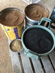 マサ土40ℓ:もみ殻クンタン20ℓ:発酵肥料1㎏ を1度に混合する