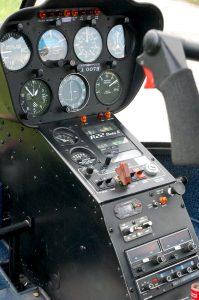 飛んでいる時は上部分の丸計器を エンジン類は斜め部分の所 下のエリアは無線関係