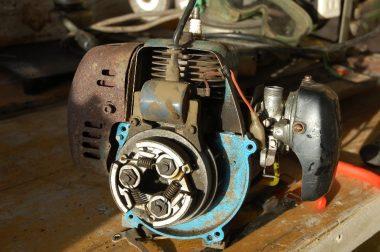 エンジンと棹の間のクラッチ部分で分解