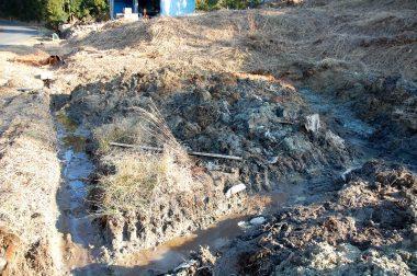 2カ所の暗渠排水の溝を掘る 湿地で作業が進みにくい