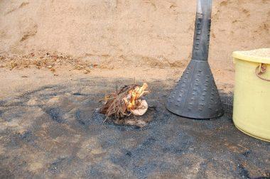杉の葉や小枝など燃えやすい物に着火して右の燻炭器をかぶせる