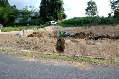 工事中に掘り下げた所から水が湧いてきたので3本目の暗渠排水をする