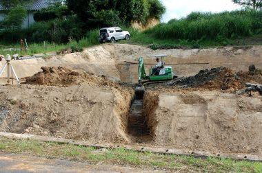 排水パイプ埋設用の溝堀り