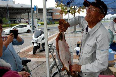 隣の店舗は地元の宇品漁協さん「重たいけぇ 早う写せぇ~!」