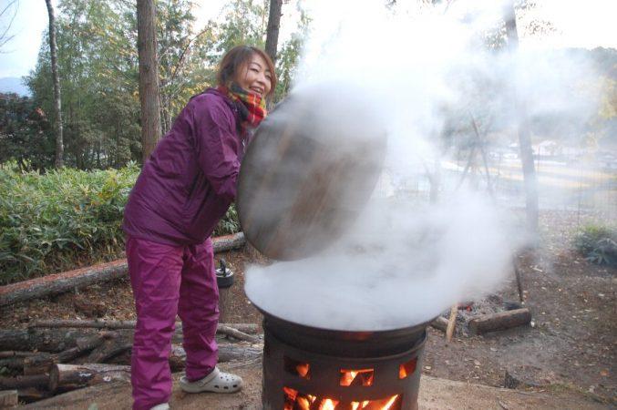 大鍋では朝から何度もお湯を取り替えながら沸かした
