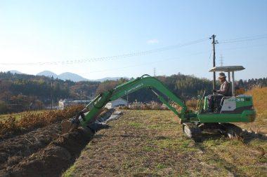 畝の側面をバケットでガサガサっとやって土を動かすだけ
