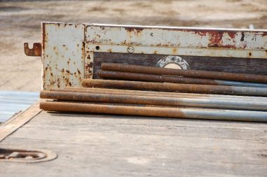 トラックの荷台で錆び落としと塗装をやると丁度いい高さで腰の負担が少ない