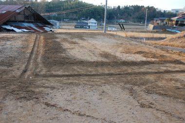 排水溝を掘って土は中に敷均す