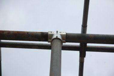 T型金物の中で三方向から単管パイプを差し込んでいる