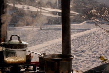 台所の煮炊きで湿度を上げる