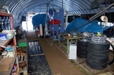 庫内が狭いのでコンバインや田植機軽自動車等は出しにくくなるので入口付近に置く