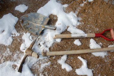 土が凍っていてスコップとツルハシが犠牲に