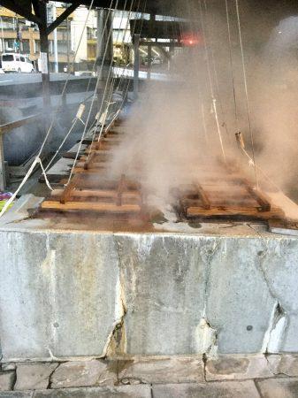 温泉蒸気で蒸し上げる【地獄蒸し】の窯