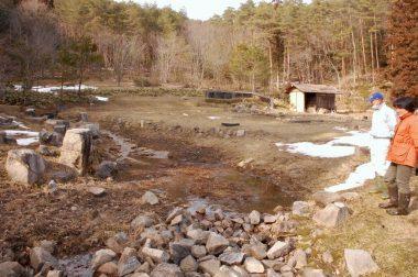万徳院跡地には築山や建物の礎石が当時のままに残っていた、右奥の建物は蒸し風呂を再現