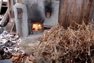 黒大豆の茎を焚いて沸かす