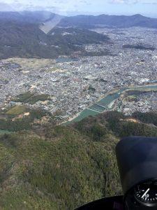 京都市の西側から比叡山や琵琶湖方向に飛ぶ、山裾に見えるのは【渡月橋】