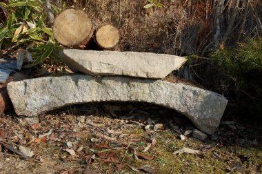 下は築山の池にあった石橋、上は門の内側の踏み石