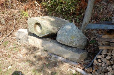 下は通路の石、左は手洗い鉢、右は餅つき臼