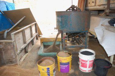 山土(マサ土)とクン炭を攪拌機で混合