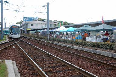 マルシェ会場は市内電車終点線路と海の間