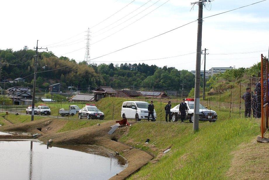 パトカー5台+1台の警察車両と地元知人の応援が2台