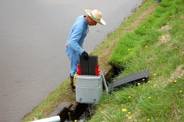 苗箱洗器み水路の水を入れて上下に動かす 中には回転ブラシが入っている