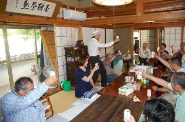 総会終了後は宮崎さんの乾杯で食事となる