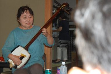 津軽三味線の師匠に「やってぇ~ 弾いてぇ~」と無茶振り、で、快く何曲も!