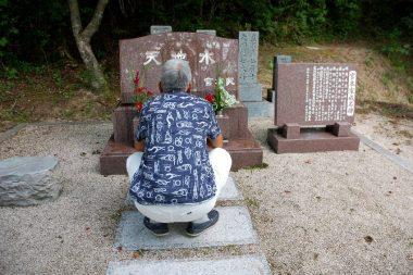 墓前でしゃがんでみたけど、連日の猛暑でご先祖様に報告する事を忘れた