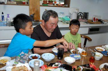 爺さん(兄)は孫に囲まれての食事