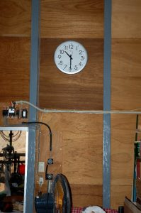 作業倉庫の完成祝にTAMさんからもらった大きな電波時計が遠くからでも良く見える