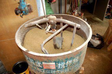 攪拌機で材料を混合する