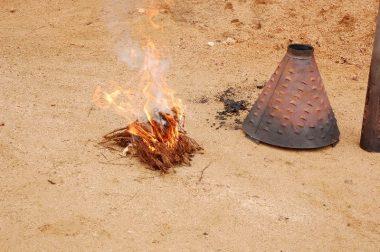 燃えやすい物で焚火