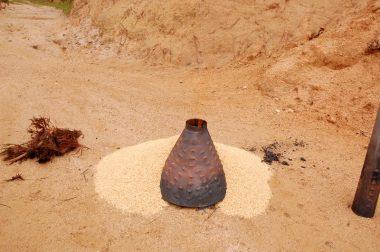 周囲に籾殻を置く穴から燃える物を入れる