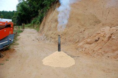 煙突を差し込んで勢いよく煙が出るのを確認する