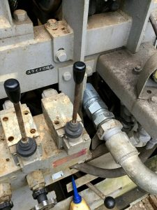交換した高圧エアーホースと2本の油圧切り替えレバー
