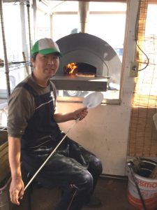 お昼は豊里ファームでIKEさんが焼いたピザを食べる