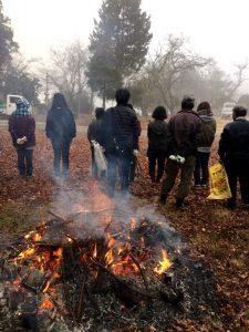 濃霧の中 焚火で暖を取りながら