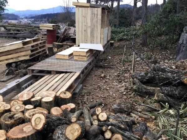 パレットで薪置場を組み立て