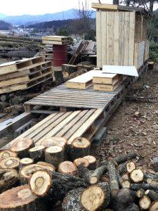玉切りした薪材が足元に有るままで薪小屋作り