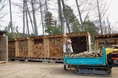 先日 作った薪小屋へ入れる