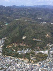 山裾の左側に金閣寺 右の山には大文字