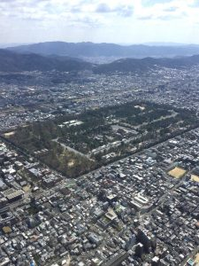 京都御所の北側を通過