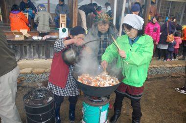 大量のイノシシ鍋