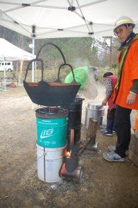 手作りストーブでイノシシ鍋